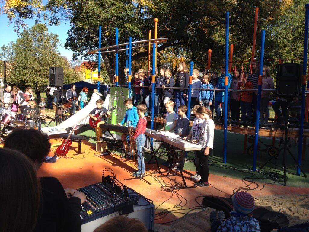 Die Schulband spielt auf einem Spielplatz