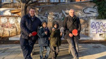 Jungs schreiben Oberbürgermeister und erhalten Tischtennisplatte